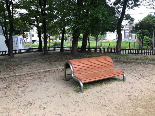 公園のベンチで手をつなぐ